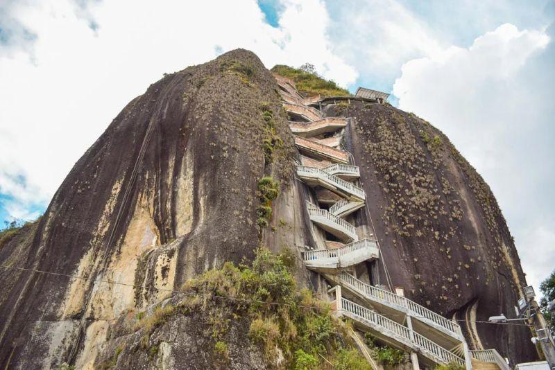Una roca gigante con muchas escaleras