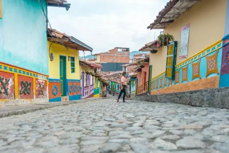 Foto de una calle y casas