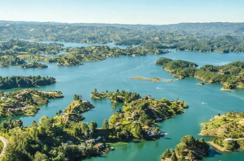 Foto panoramica desde el cielo de Guatapé