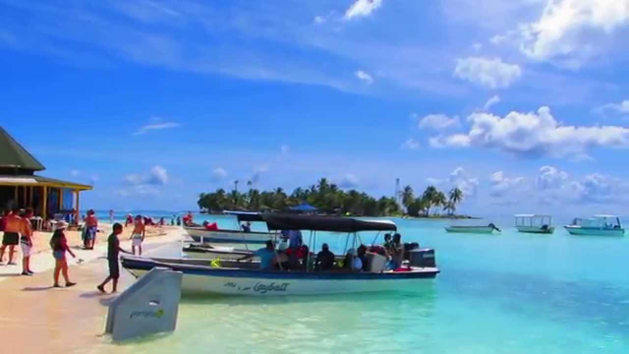 Barcas y personas en la playa