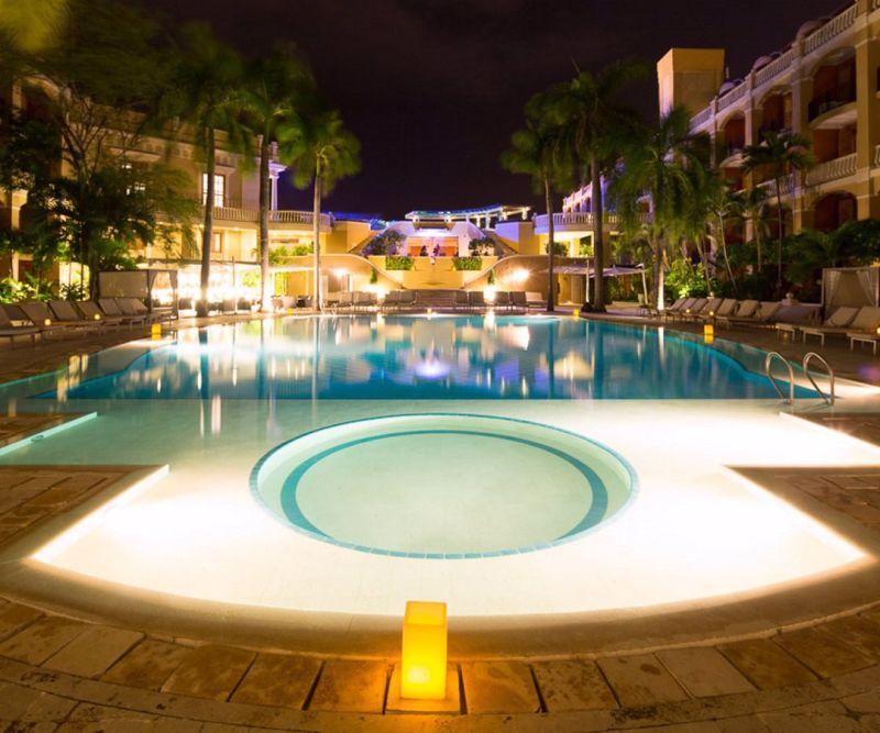 Una piscina lujjosa