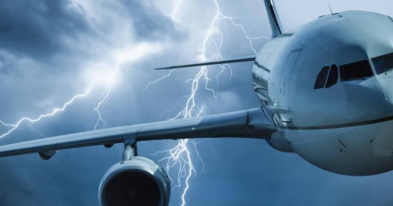 Foto de rayos alcanzando a un avión volando