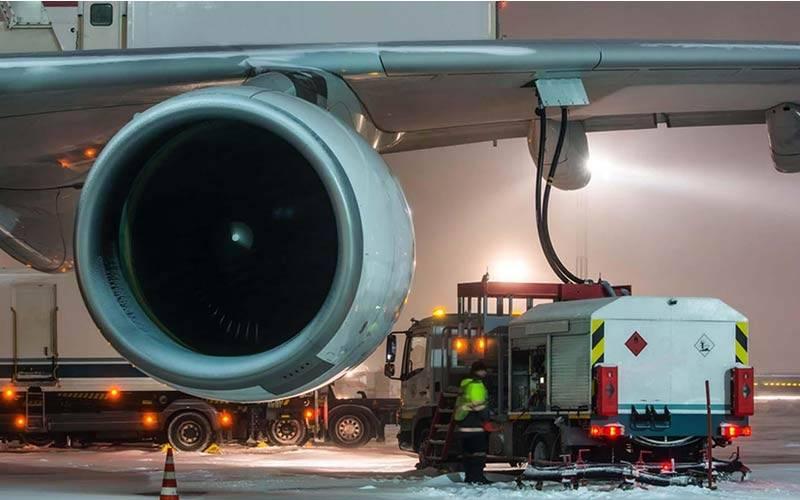 Foto a la acción de recargar combustible a un avión