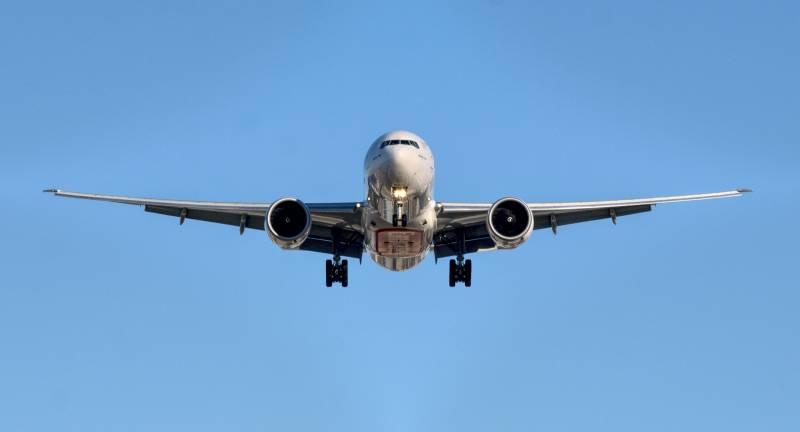 Foto del frente de un avion volando