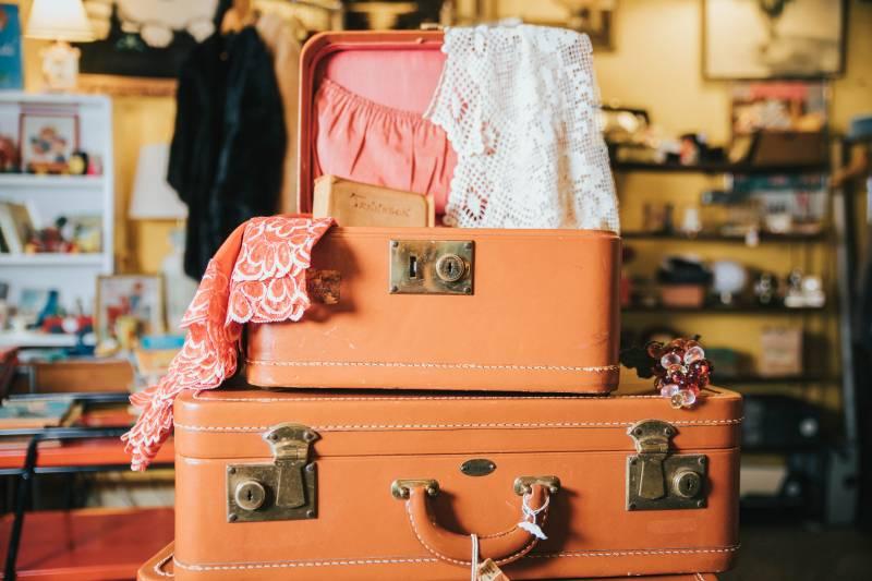 Foto de maletas y la ropa en los bordes