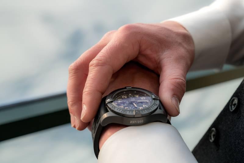 Un hombre tomando el tiempo en su reloj