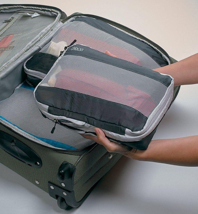 Foto de una maleta con cubos de viaje