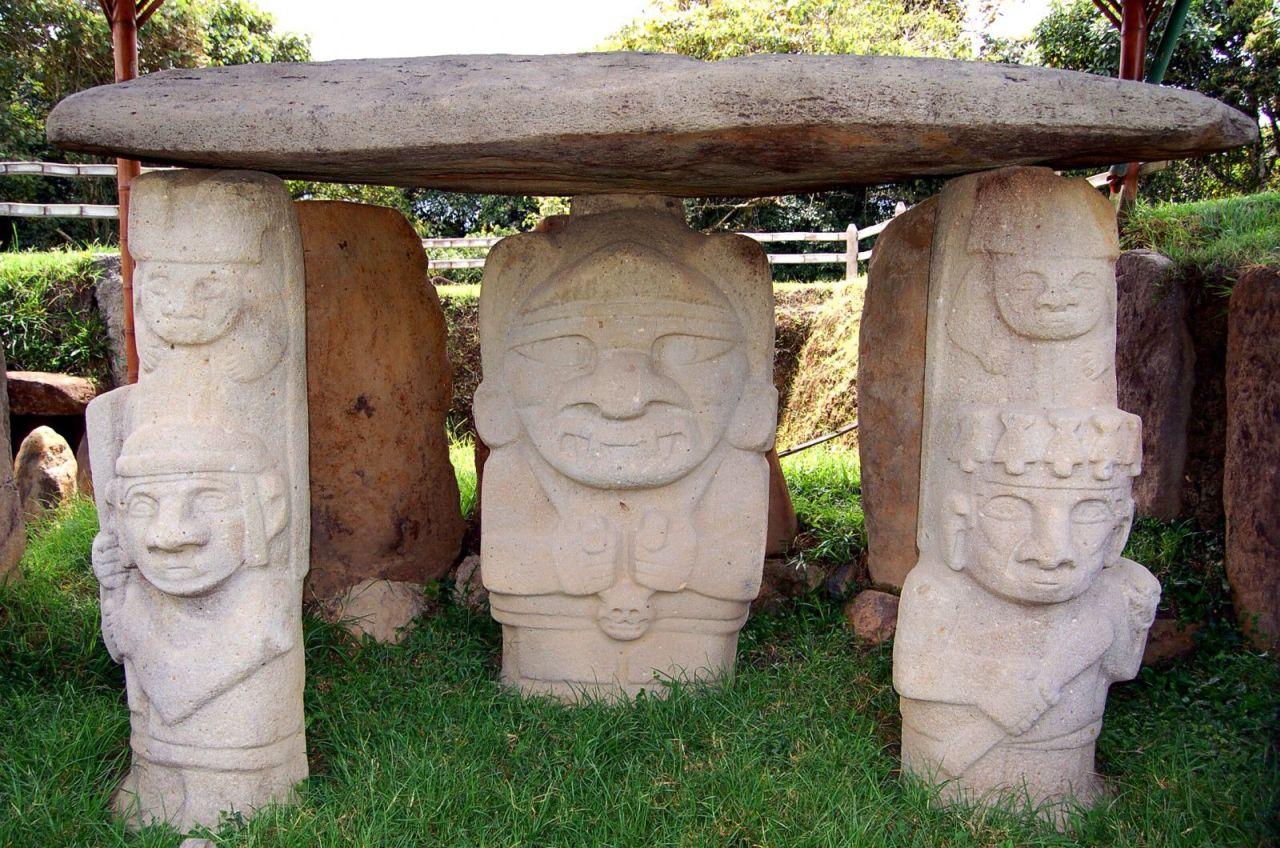 Varias estatuas arqueológicas