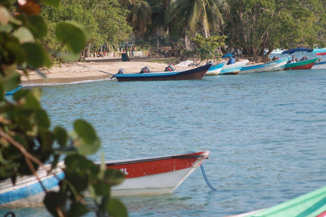 Foto de una playa con barcas