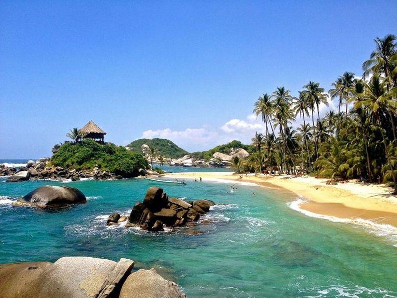 Playa con piedras y un kiosko en una montaña